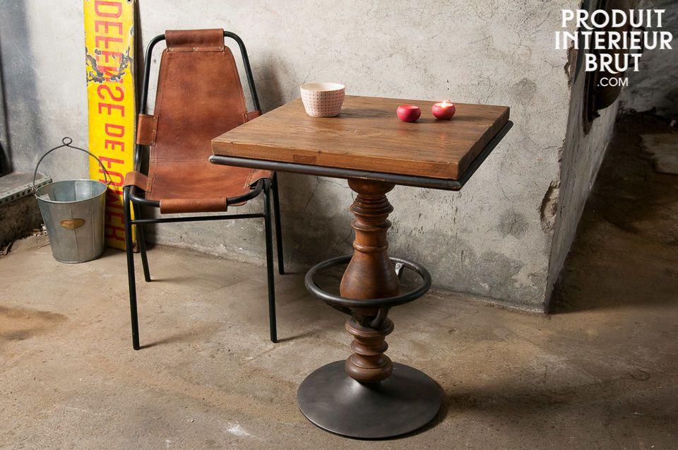 Questa tavola presenta una riuscita combinazione di vecchio legno d\'olmo verniciato ed elementi