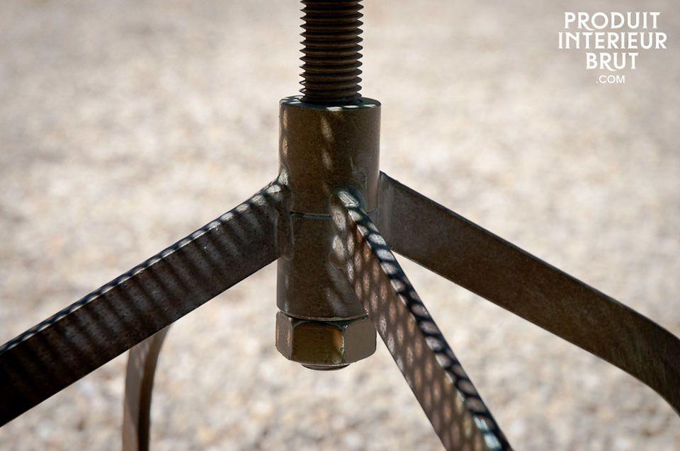 Un pezzo molto pratico con altezza regolabile (da 54cm a 74cm max