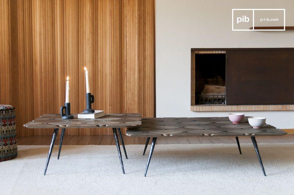 Un elegante tavolino con piano a scacchi in legno biondo