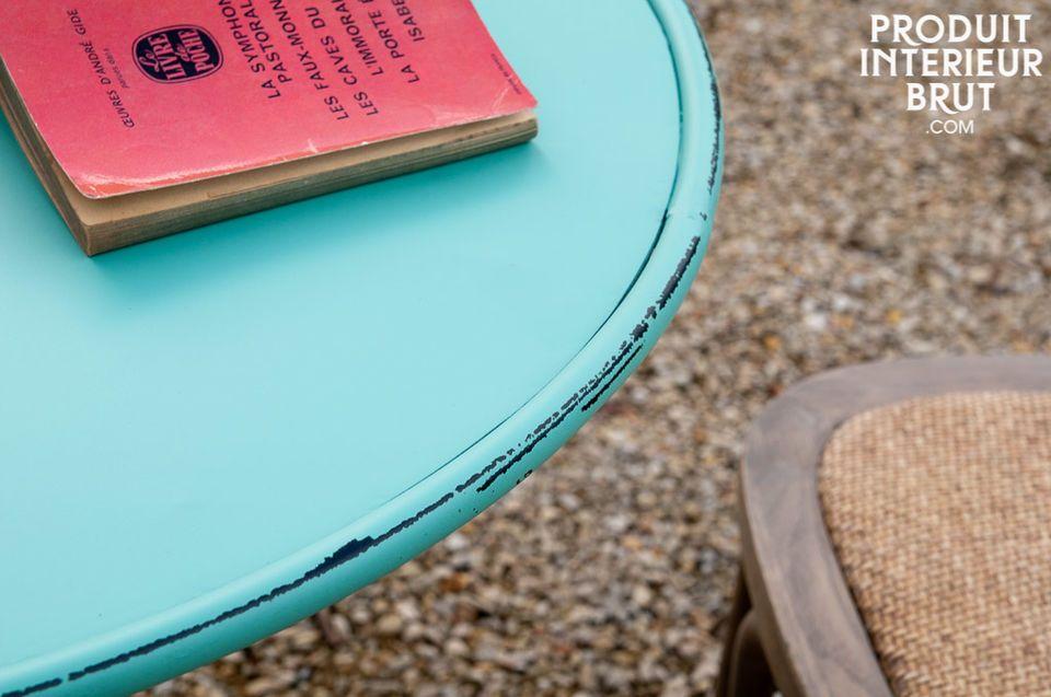 Un tavolino rotondo con un colore fresco che porterà un tocco gioioso alla tua cucina o al tuo