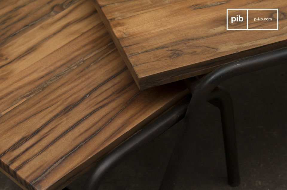 Acciaio e legno grezzo su linee atipiche ma sobrie