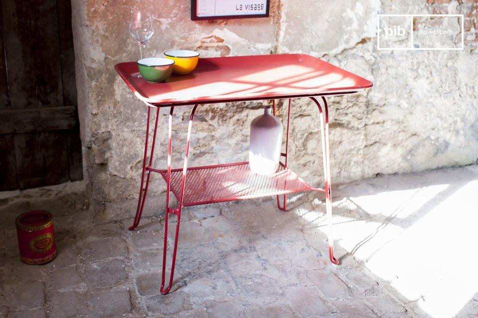 Un tavolo vintage colorato e pieno di stile