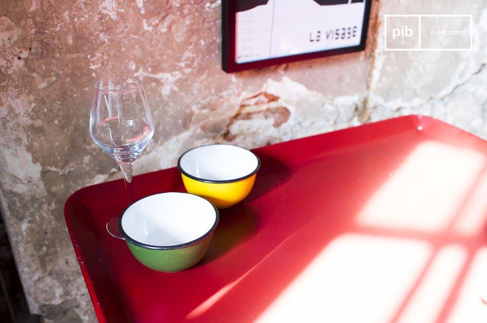 Il tavolino Scarlet è un piccolo complemento d\'arredamento pratico e pieno di stile che può