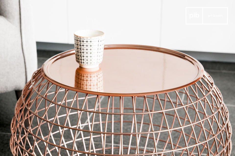 Tavolino in metallo color rame dalle forme particolari