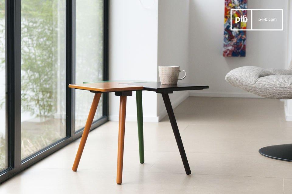 Un piccolo e colorato tavolino ad incastro