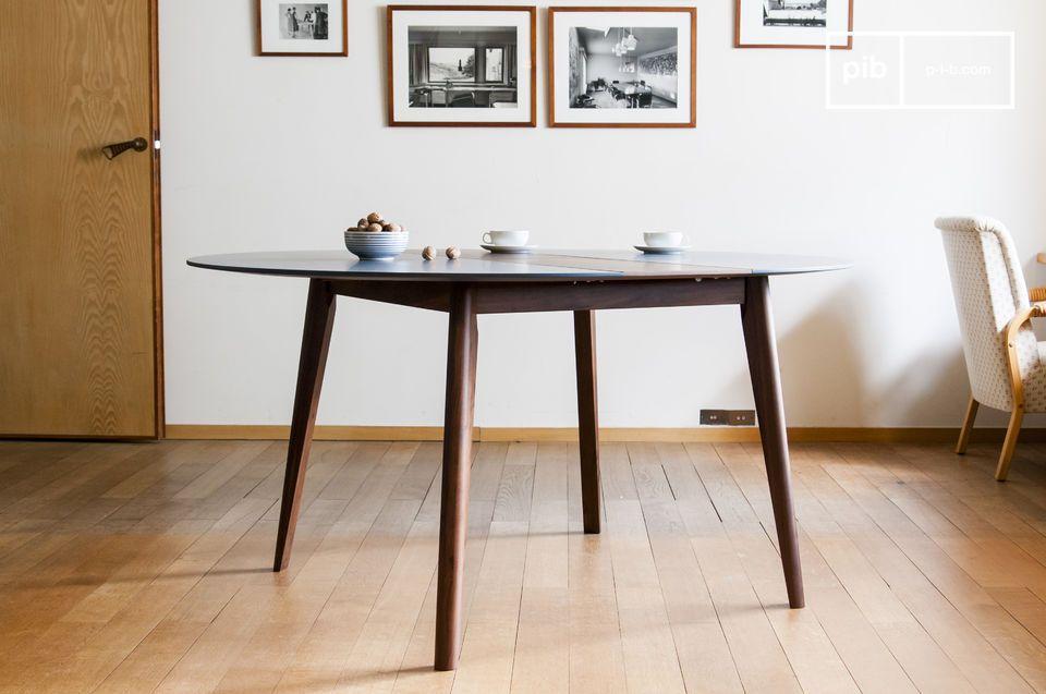 Con le sue linee armoniose e raffinate questo tavolo rievoca lo stile tipico della metà del XX