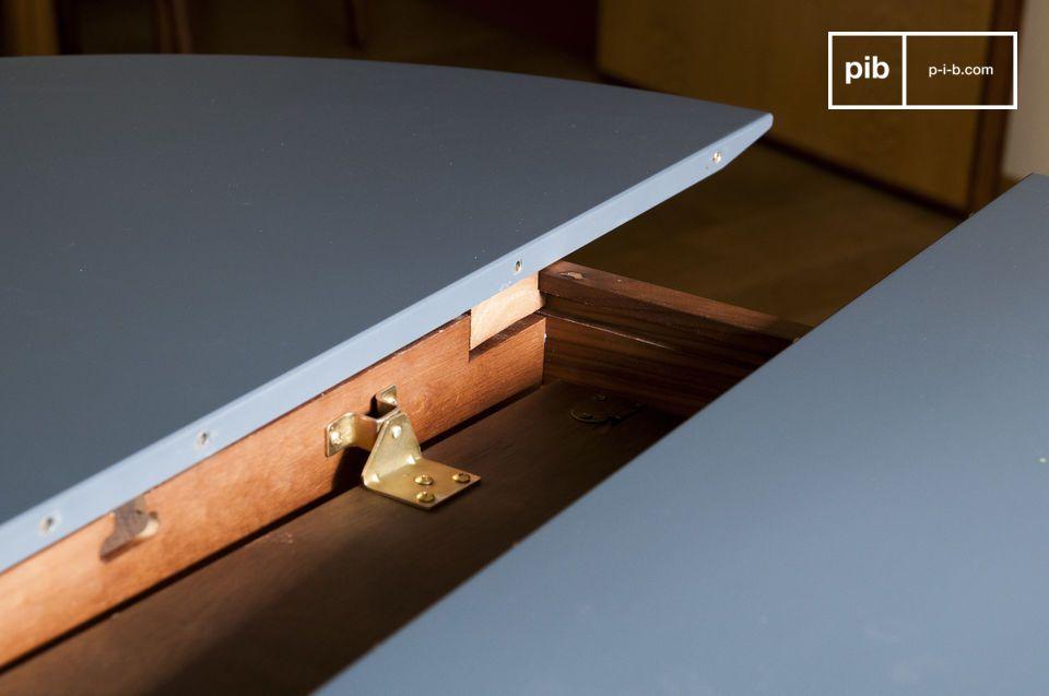 I piedi sono realizzati in legno massiccio di noce mentre il ripiano del tavolo è realizzato con un