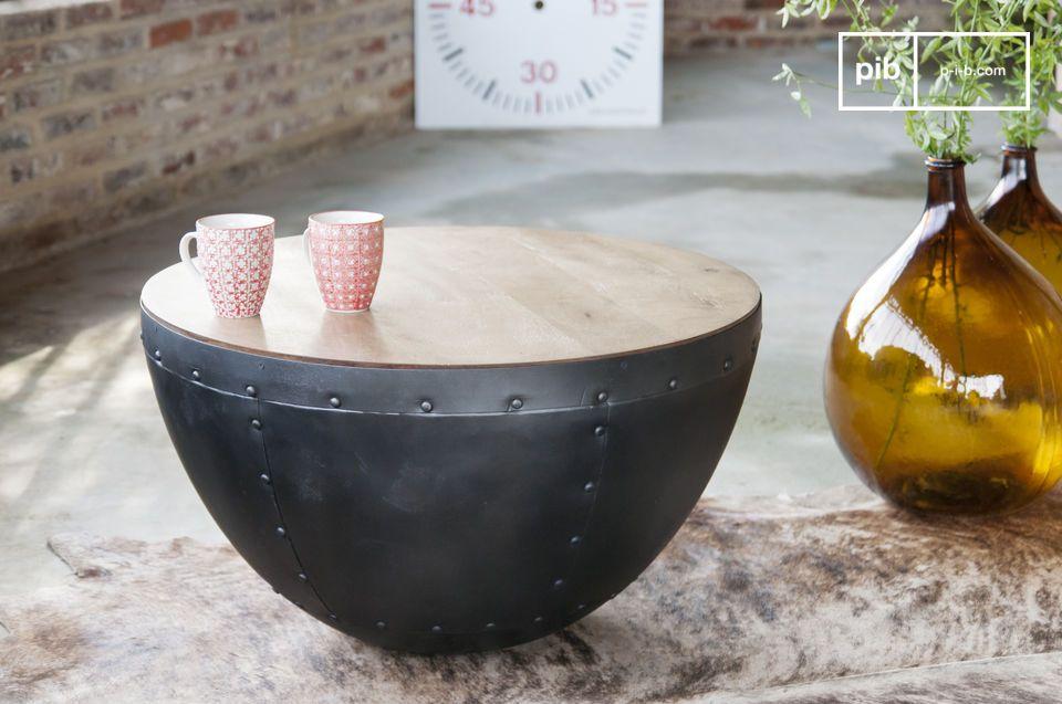 Un look assolutamente industriale per questo tavolo dai rivetti a vista