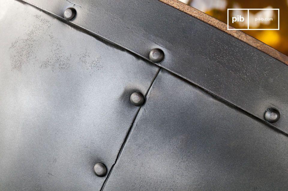 Nato da un matrimonio tra legno massello e pannelli in metallo rivettati a mano