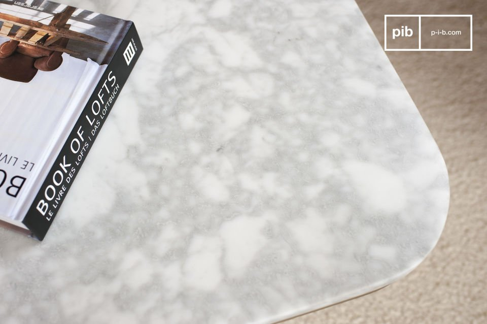 Il tavolo basso Carrera è molto elegante grazie al marmo bianco
