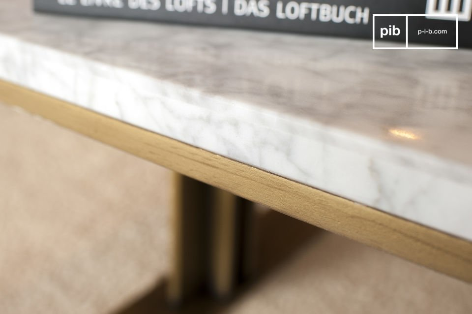 Le gambe del tavolo sono posizionate molto più all\'interno rispetto al bordo del tavolo