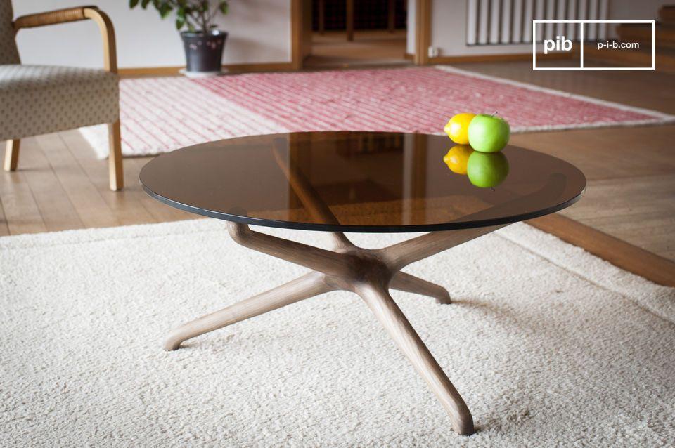 La rotondità di un tavolino in vetro affumicato e legno intagliato