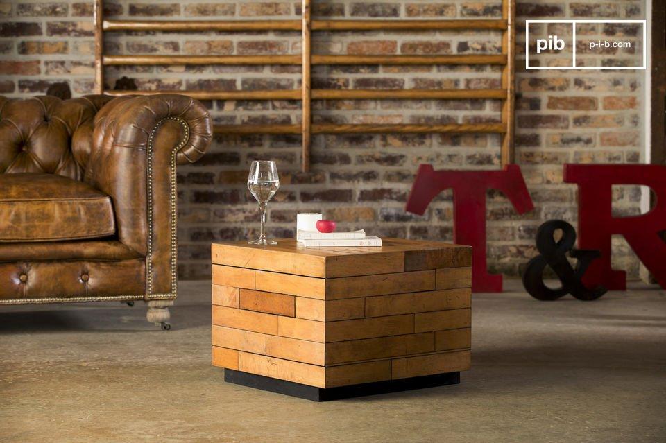 Realizzato in legno, questo tavolino ha delle impeccabili finiture