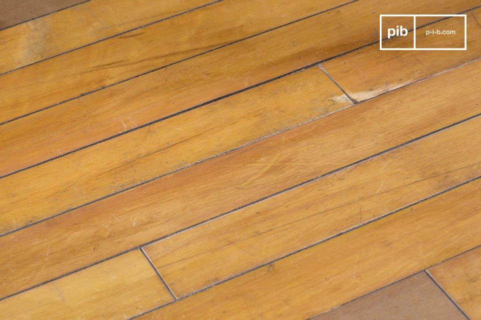 Il tavolo basso Sheffield è un tavolino che è stato realizzato con parquet riciclato da vecchie