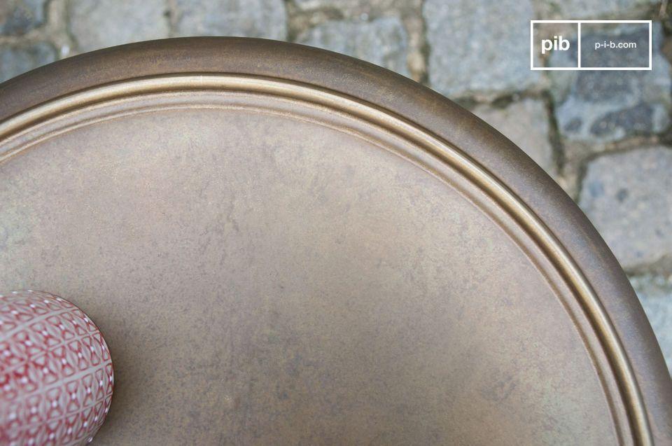 Queso tavolino presenta linee classiche e un tocco di originalità