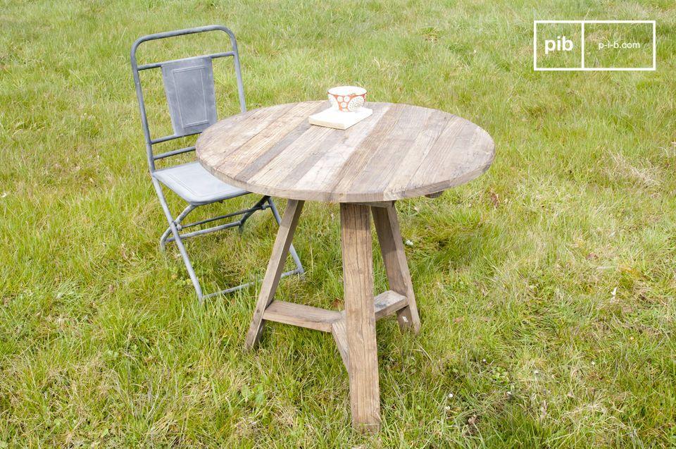 Questo tavolo ha il fascino del legno di olmo recuperato ed è molto pratico con i suoi bordi