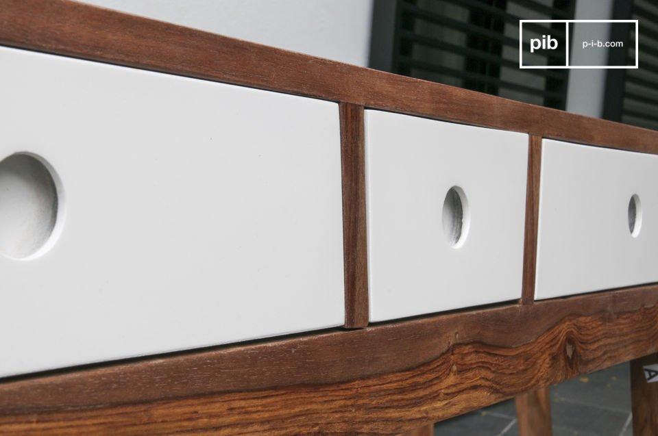 Protetto da una vernice scura simile al color noce, questo legno è resistente alle macchie