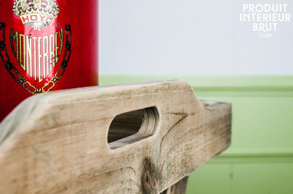 Opta per questo tavolo funzionale che unisce la robustezza del legno massello alla praticità di un