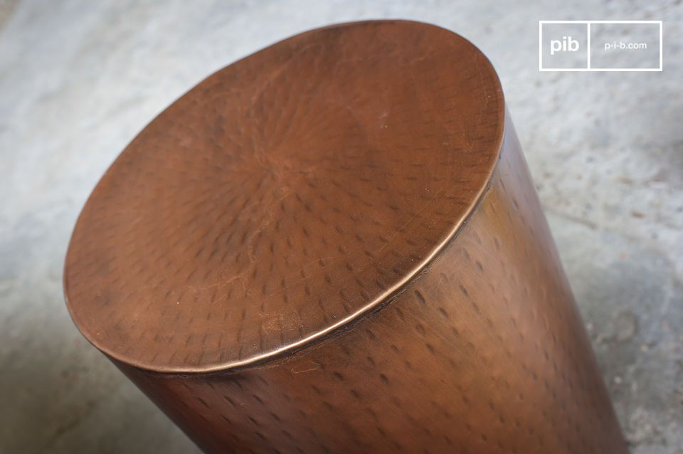 Un minuscolo tavolino metallico polivalente dall'estetica senza tempo