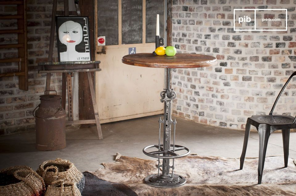 Realizzato con uno spesso pannello in teak riciclato, rende ogni tavolo un pezzo unico