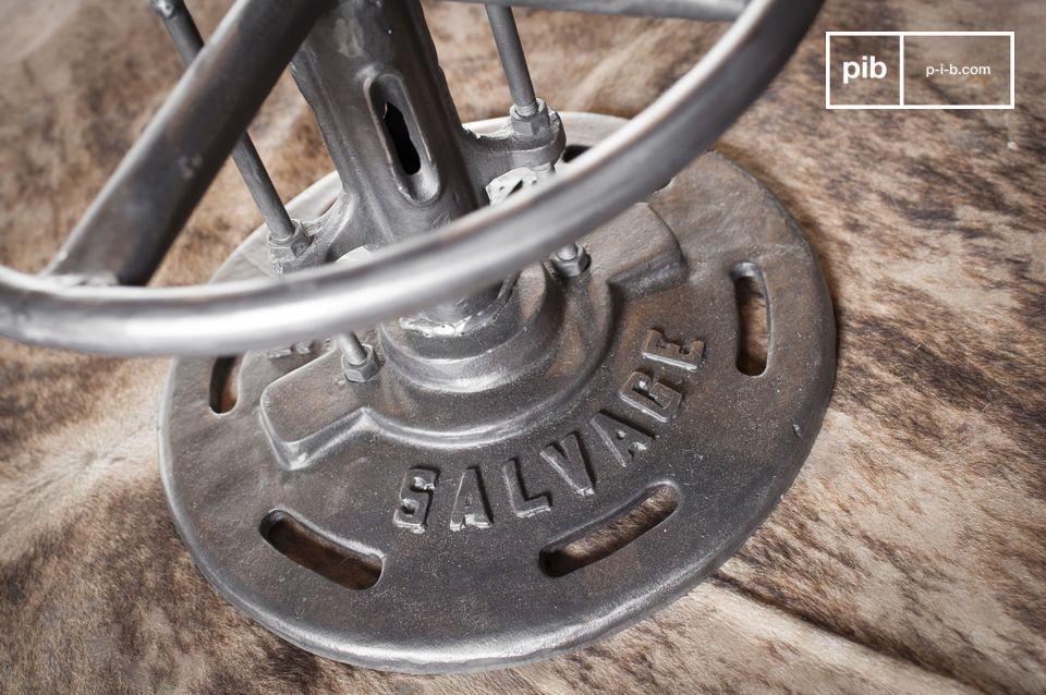 Il tavolo bistrot Salvage porta al vostro interno l\'innegabile stile industriale con cui è stato