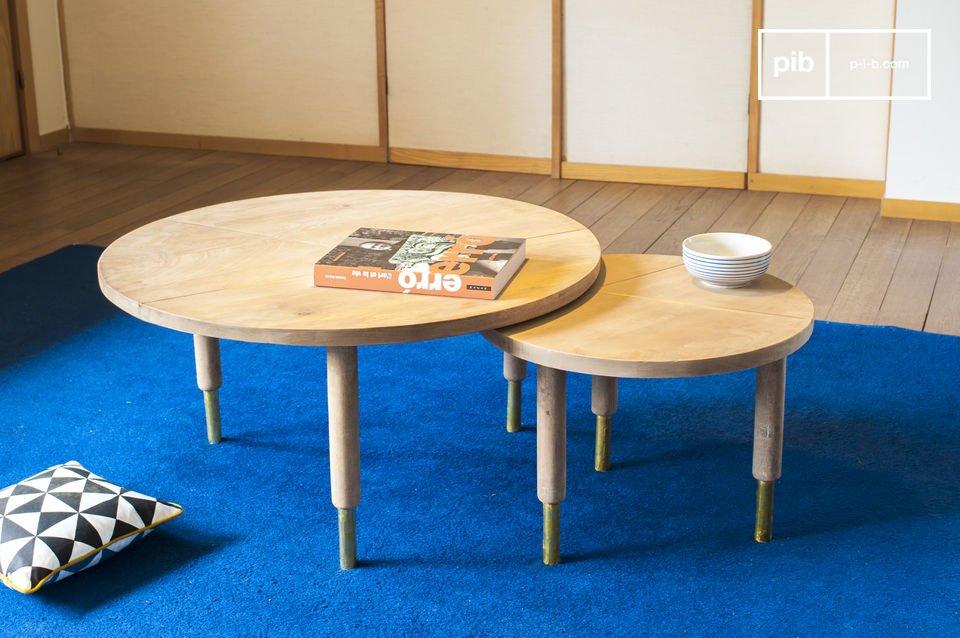 Tavolini estraibili che combinano legno chiaro e tocchi dorati