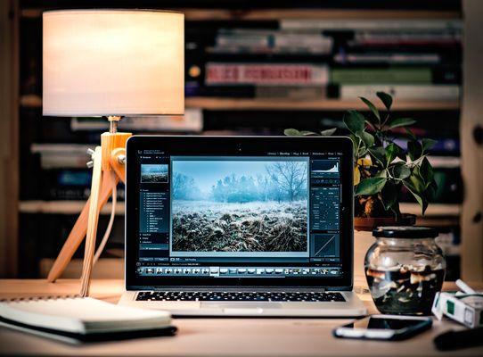 tavolo da lavoro con lampada scandinava