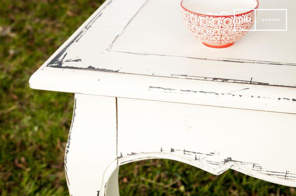Questo tavolo da pranzo vintage è fatto interamente in legno di olmo