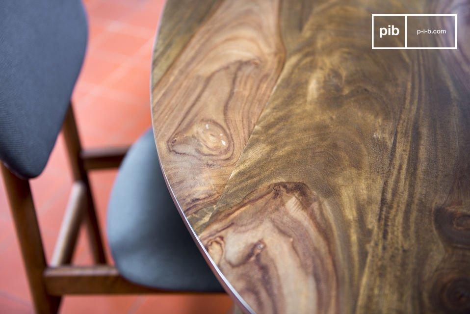 Interamente realizzato in legno scuro