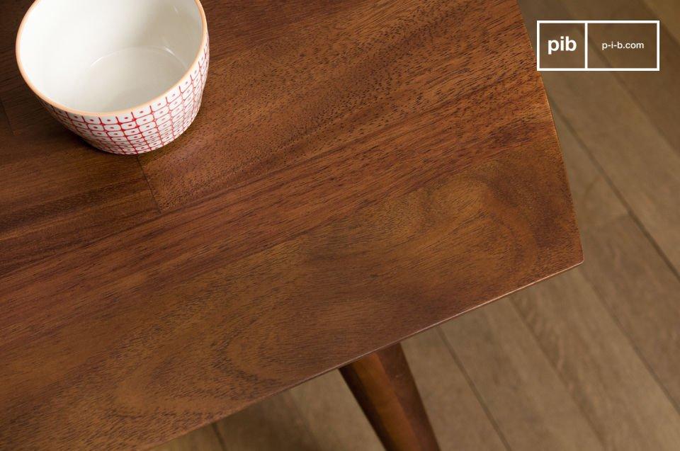 Mostra la qualità eccellente della produzione sia nel livello di trattamento del legno