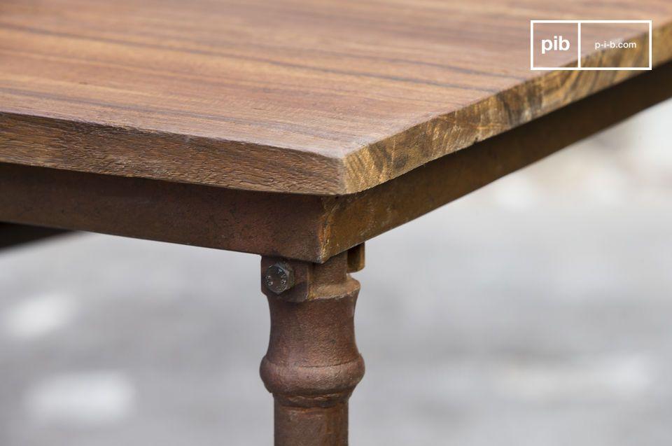 Composto da una tavola in legno posato su una struttura in acciaio