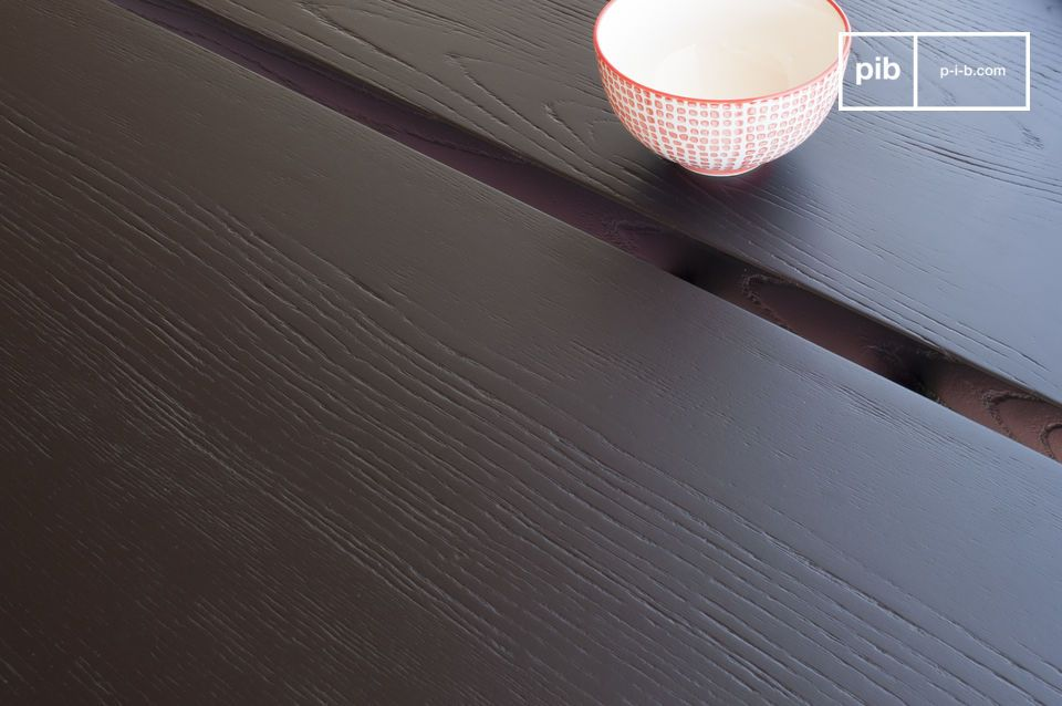 Il tavolo da pranzo Osaka ha un piano in frassino spesso e colorato con finitura verniciata nera
