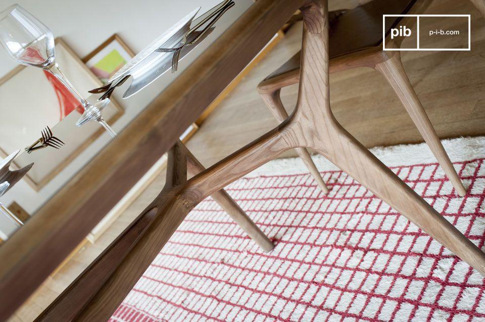Le sue linee curve e le finiture pulite sono il risultato di una notevole lavorazione del legno che