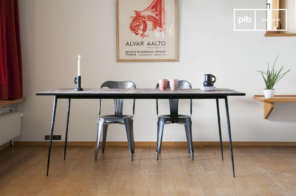 Le linee particolarmente raffinate del tavolo da pranzo in legno naturale Sherman gli conferiscono