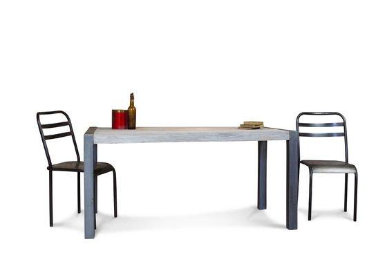 Tavolo da pranzo in teak riciclato Foto ritagliata