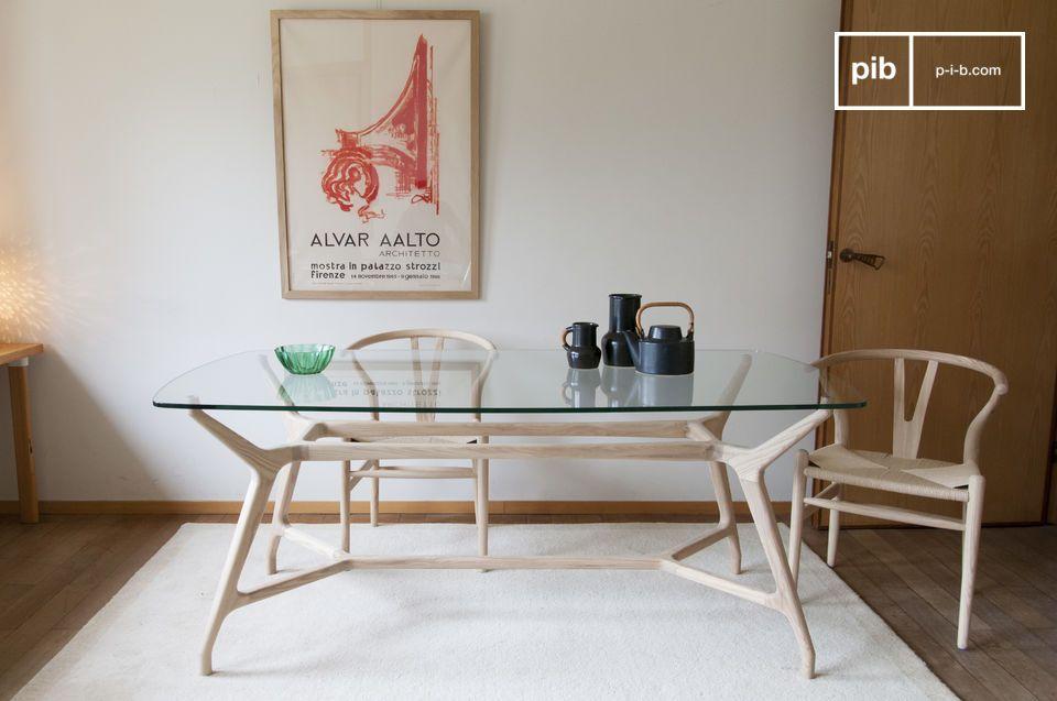 Un bicchiere vintage in stile nordico e un tavolo da pranzo in legno chiaro