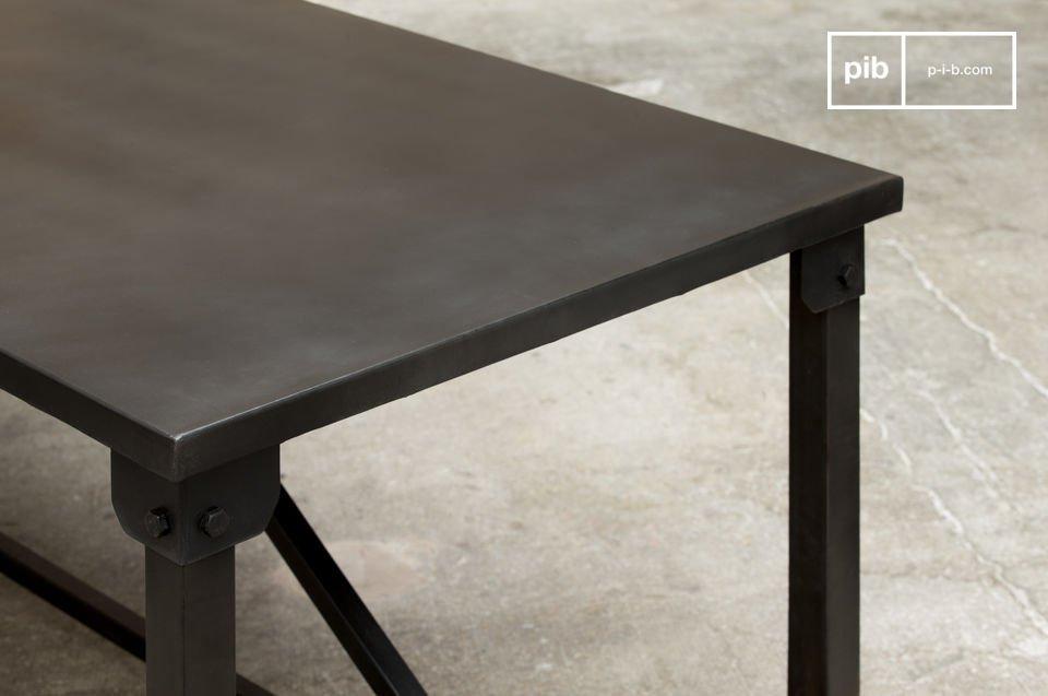 Il Tavolo da Pranzo Kerizel esibisce un deciso stile industrial con le sue linee squadrate e sobrie