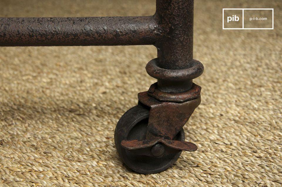 Questo tavolo ha un ripiano in legno di olmo verniciato montato su un telaio in acciaio