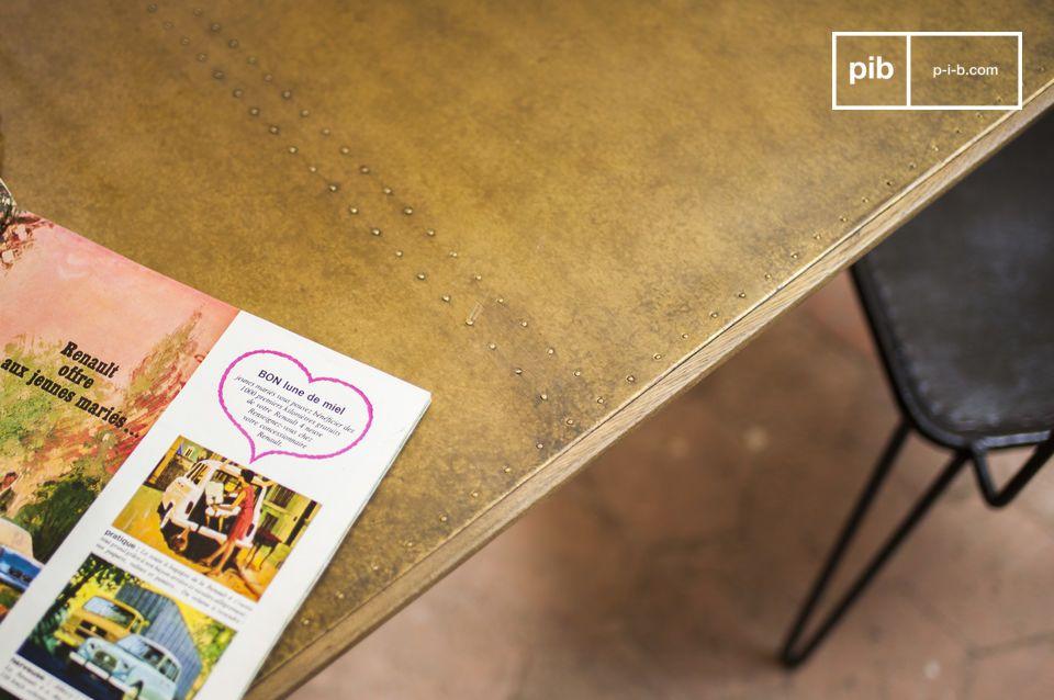 Il tavolo da pranzo Liverpool associa le linee eleganti della metà del XX secolo con dei materiali