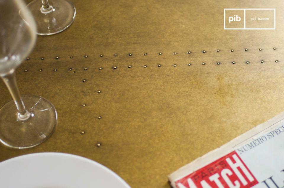 Il piano del tavolo Liverpool è realizzato in quercia coperto da uno spesso strato di ottone