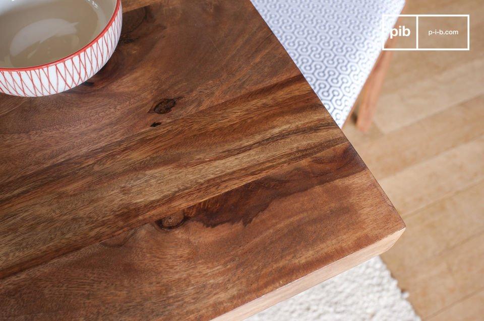 Il tavolo da pranzo Mabillon gioca la carta della leggerezza con delle gambe metalliche discrete che