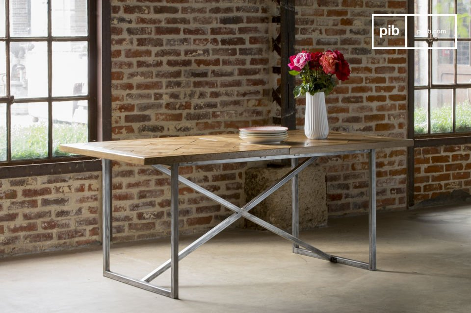 Il piano del tavolo Queens è interamente realizzato con delle doghe di legno di quercia assemblate