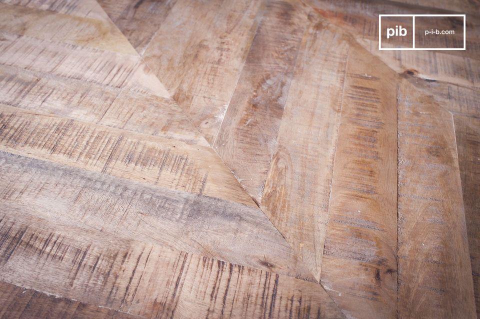 Combinando un telaio in metallo finemente lavorato con un piano in legno intagliato minuziosamente