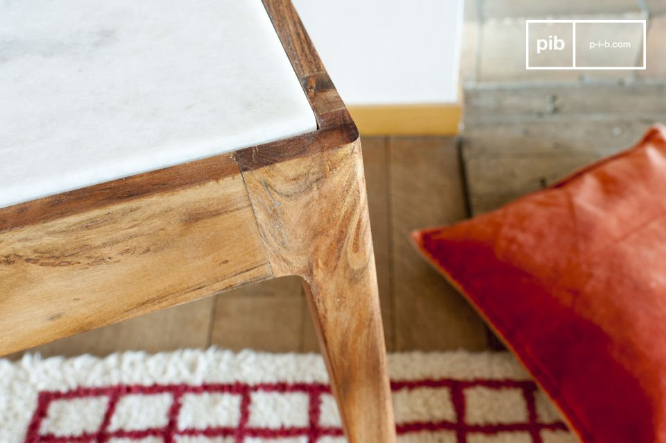 Su questo tavolo c\'è un chiaro contrasto visibile se si osserva il marmo bianco e il legno scuro