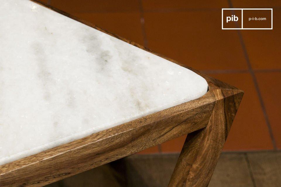 Presenta un rifinito contrasto estetico tra il marmo bianco della base e il legno scuro del bordo