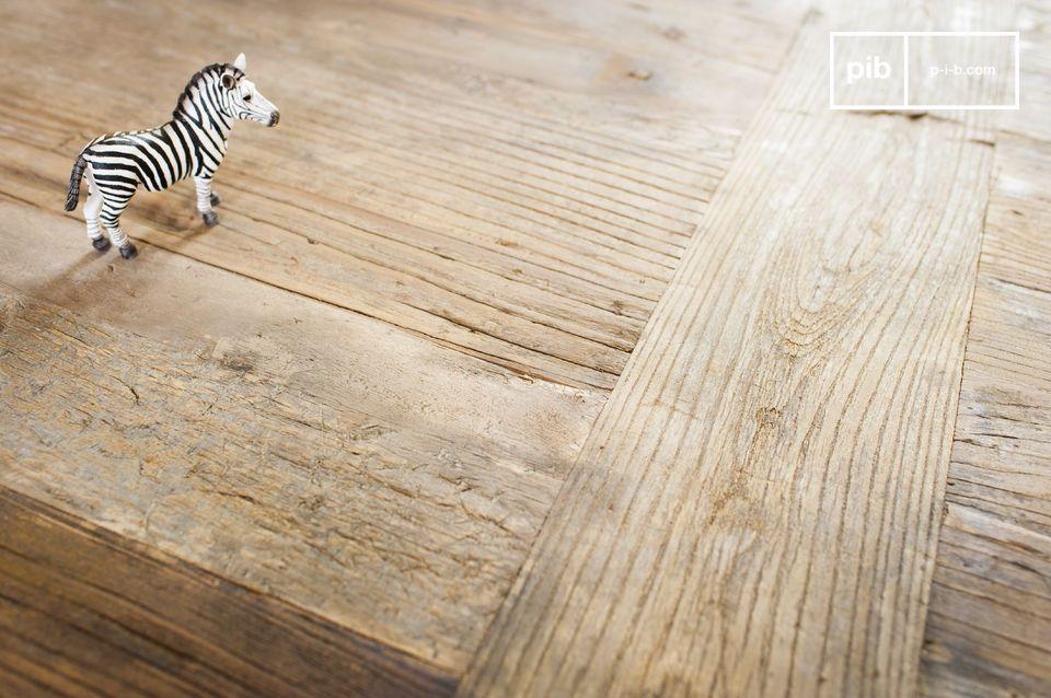 Questo grande wallpapering table è due volte più spazioso del modello standard ed è dotato di sei