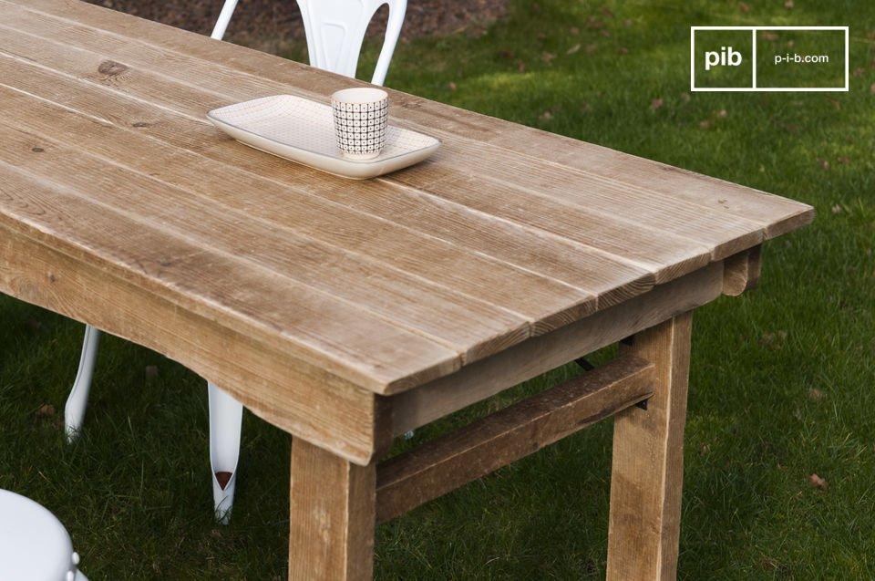 Un tavolo di legno dallo spirito tipico della fattoria