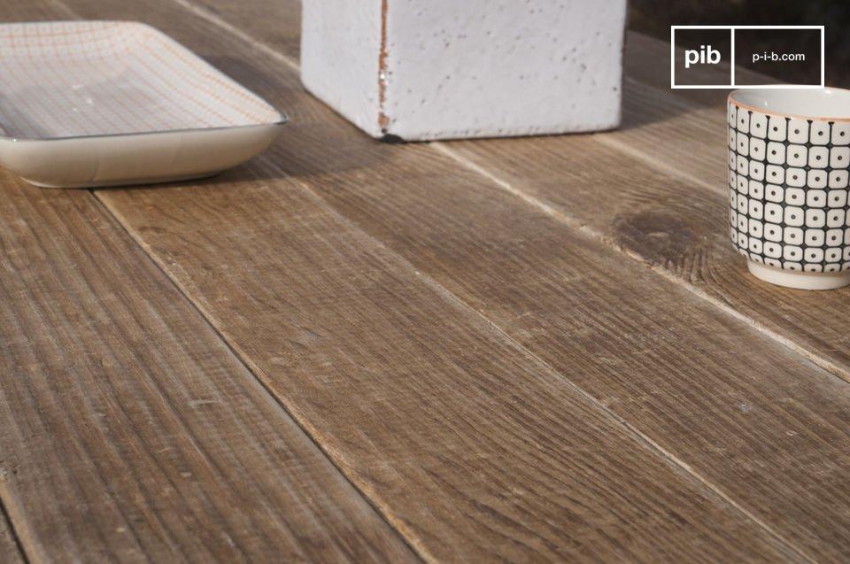 Scegli una tavola di legno con la superficie leggermente spazzolata e piena di fascino