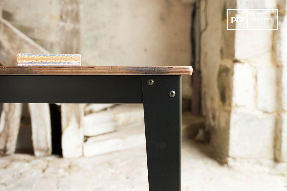 Il ripiano del tavolo Doinel è in legno di Betulla patinato e verniciato