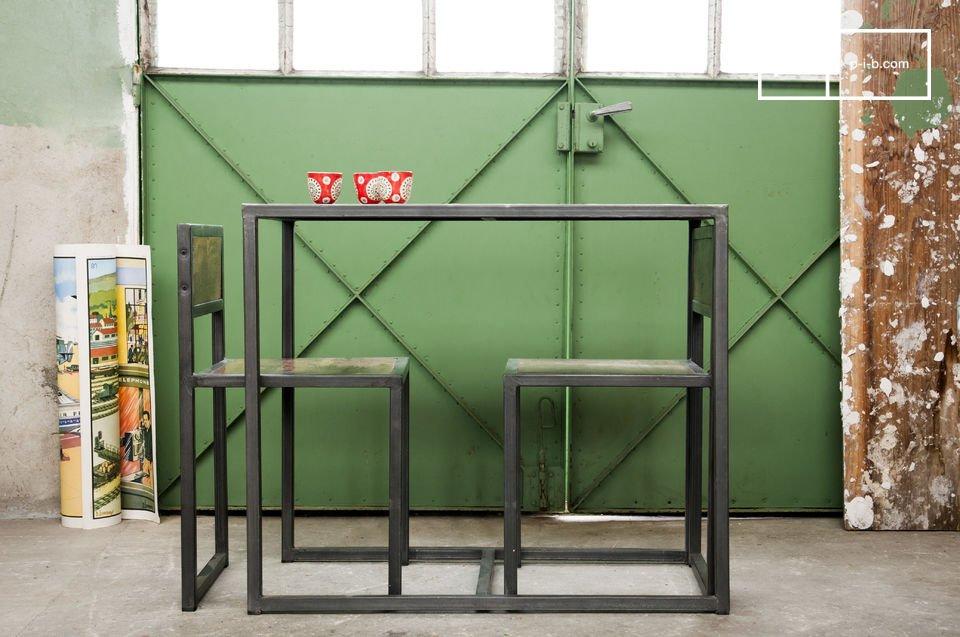 La combinazione della struttura metallica con il legno teak recuperato e verniciato accentua